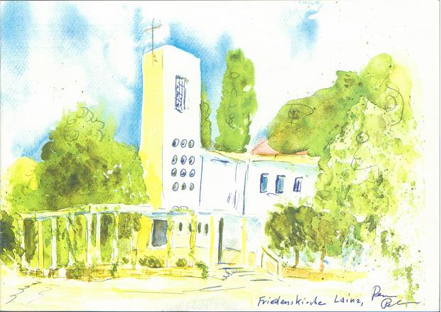 Eine weiß-hellgelbe Kirche mit einem hohen, eckigen Kirchturm, einigen Fenstern, einem Säulengang davor und Bäumen rundherum