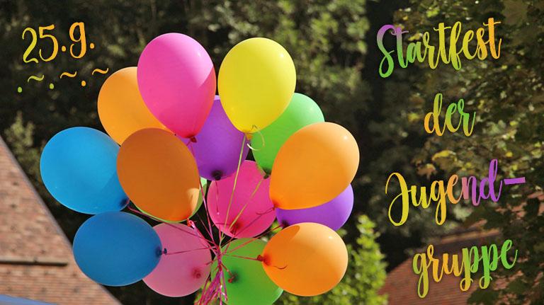 Ballons schweben zusammengebunden vor Bäumen und Dächern: Orange, violett, rosa, grün, gelb. Text: Startfest der Jugendgruppe